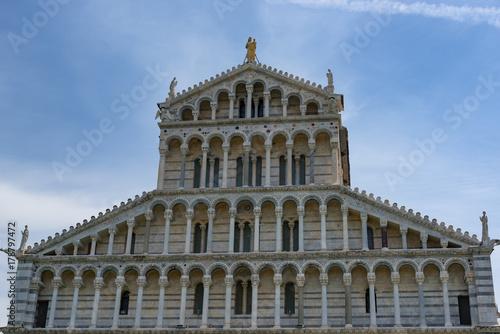 In de dag Milan Details of the exterior of the Pisa Cathedral (Cattedrale Metropolitana Primaziale di Santa Maria Assunta; Duomo di Pisa in italian), Pisa, Tuscany, Italy