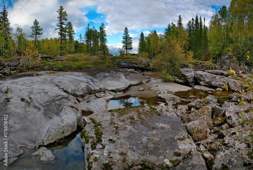 Papiers peints Rivière de la forêt Autumn mountain river in Siberia