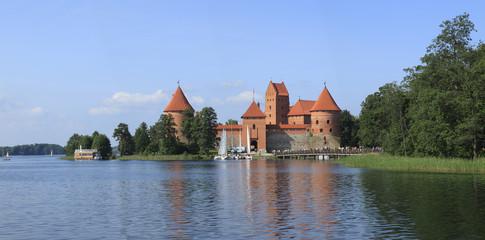 Lituania, il castello di Trakai e il lago.