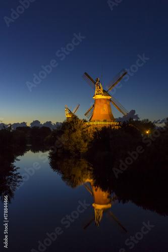 Windmühlen in Greetsiel am Abend I Poster