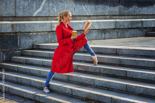 Plakat ballerina drink coffee and read book in city