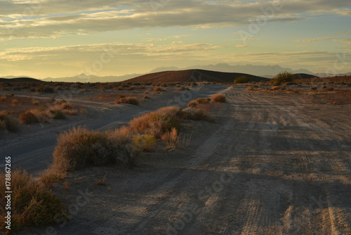 Aluminium Chocoladebruin Early morning light off-road desert landscape