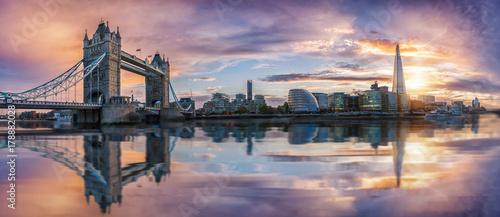 Von der Tower Bridge bis zur London Bridge, die  Skyline von London bei Sonnenuntergang © moofushi