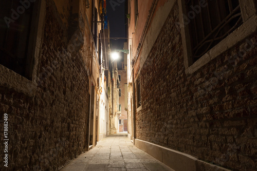 Poster Smal steegje Schmale Gasse in Venedig