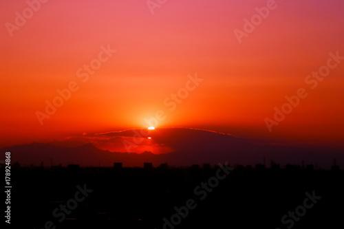 Papiers peints Rouge 日没の空と都会の街並み