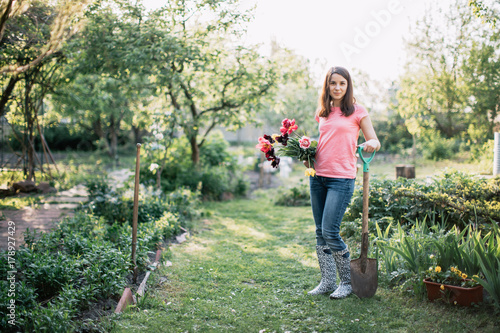 Papiers peints Olive Young beautiful woman getting ready to plant tulips