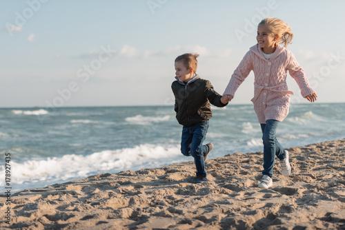 rodzenstwo-na-plazy,-sloneczny-dzien,-piasek-,morze