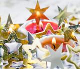 Fröhliche Weihnachten, Besinnlichkeit, Feier, Freude: gemütliches Kerzenlicht mit Goldsternchen :) - 178927677