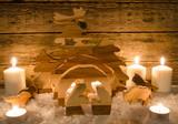 Frohe Weihnachten, Handwerkskunst aus Holz: Rustikale, gemütliche Weihnachtskrippe mit Kerzenlicht und Schnee :) - 178928613