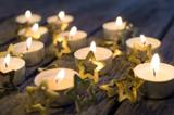 Fröhliche Weihnachten, Besinnlichkeit, Feier, Freude: gemütliches Kerzenlicht mit Goldsternchen :) - 178929824