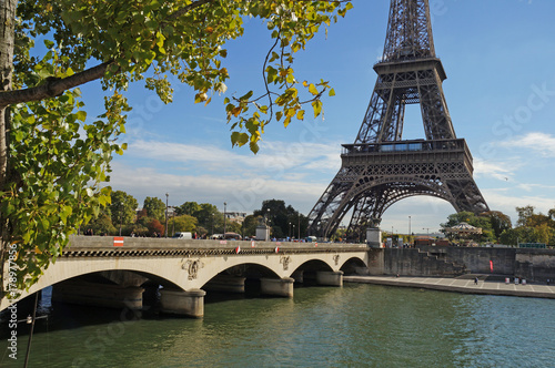 Papiers peints Tour Eiffel Sunny Paris. Eiffel Tower on a sunny day.
