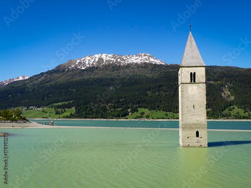 Foto op Plexiglas Bergen Wasserturm im Nauderssee mit Bergpanorama
