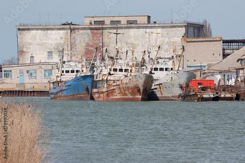 Keuken foto achterwand Schip Old rusting fishing trawlers in the bay