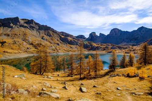 Papiers peints Miel Lac d'Allos en automne. Le plus grand lac d'altitude en Europe. Alpes français.