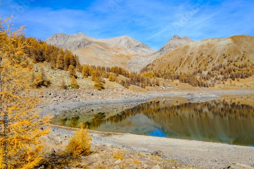Fotobehang Donkergrijs Vue sur les montagnes Alpes et le lac d'altitude d'Allos en automne.. France.