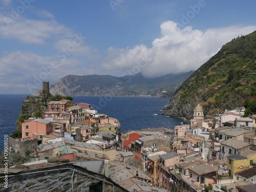 Fotobehang Grijs Vernazza - panorama dal sentiero azzurro direzione Riomaggiore