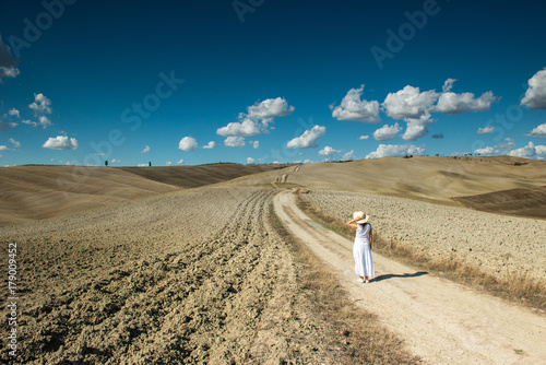 Deurstickers Toscane Woman in Tuscany