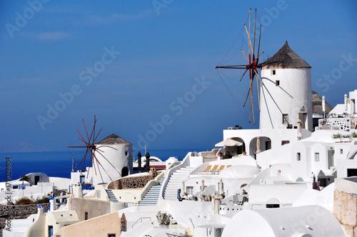 panorama di Oia, vista dei mulini a vento di Santorini.