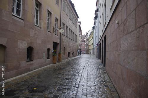 Fotobehang Smalle straatjes 雨のニュルンベルク旧市街