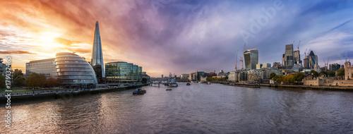Die moderne Skyline von London wärend eines farbenfrohen Sonnenunterganges © moofushi