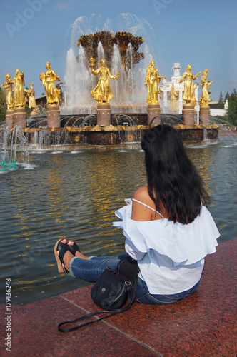 Fotobehang Moskou tourists in Moscow: a woman looks at the fountain of peoples' friendship at VDNKh