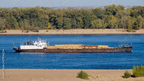 Keuken foto achterwand Schip Transportation of timber along the Volga River by boat
