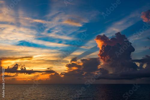 Fotobehang Zee zonsondergang Indian ocean: skyline and beautiful clouds