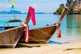 Tradycyjne tajskie łodzie Longtail zacumowane w Aonang Beach