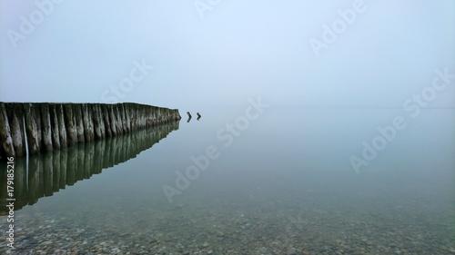 Fotobehang Pier See im Nebel