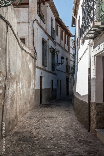 Papiers peints Ruelle etroite Old narrow street perspective at Albayzin district in Granada city, Spain