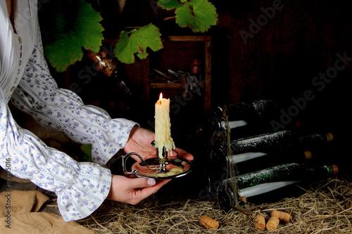 Foto Murales девушка со свечой в винном погребе