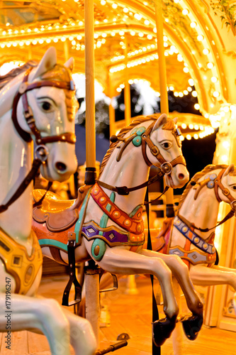 In de dag Amusementspark Illuminated retro carousel at night