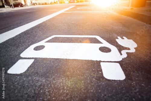 Symbol für Elektrotankstelle für Elektroautos auf der Straße - 179199278