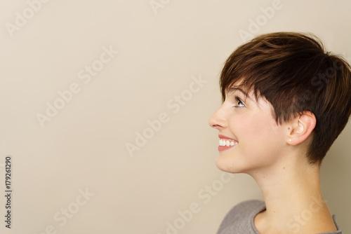junge frau schaut lächelnd zur seite © contrastwerkstatt