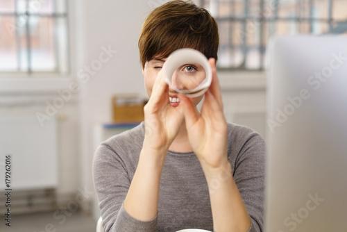 Leinwanddruck Bild frau im büro hält ausschau nach guten angeboten