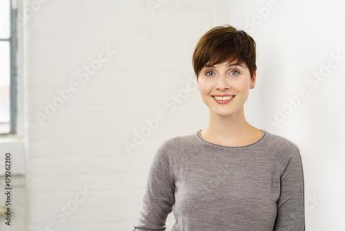 Foto op Canvas Kapsalon lächelnde frau mit kurzen braunen haaren