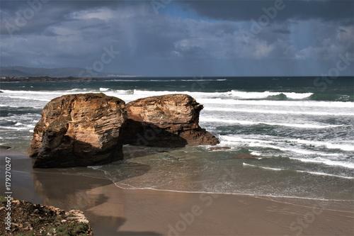 marea baja en la playa de las catedrales