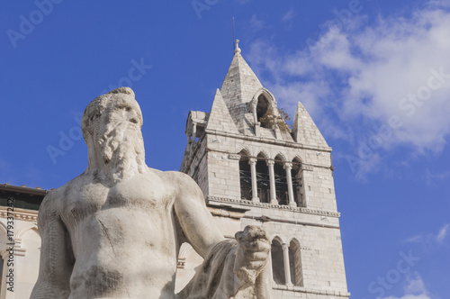 Deurstickers Toscane Marlbe statue and tower of Carrara's chatedral