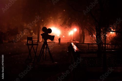 Foto op Plexiglas Bruin Silhouette camera in Night Park
