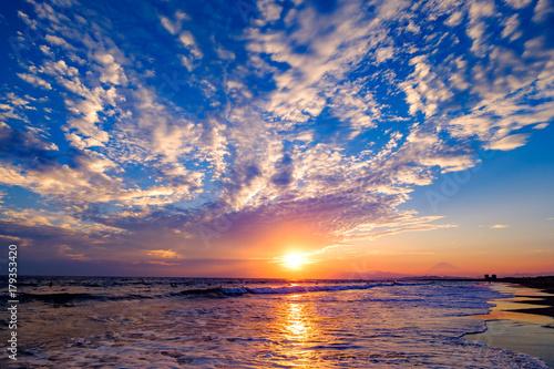 Fotobehang Zee zonsondergang うろこ雲の湘南と富士山