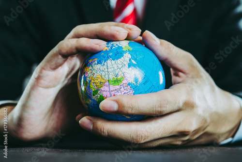 地球儀とビジネスマン - 179366882