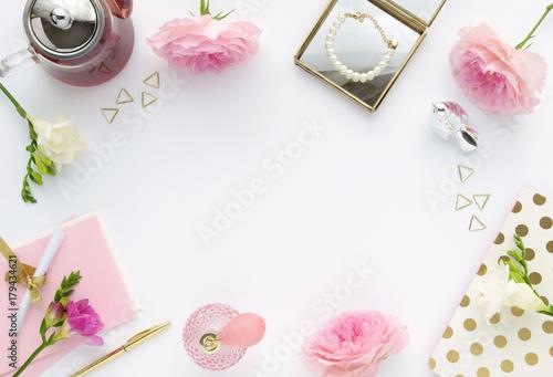Różowa i złota scena biurka - kobiece tło z białą przestrzenią.