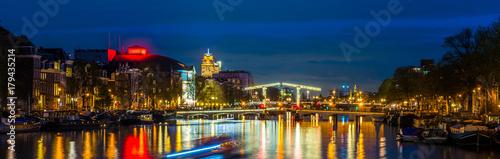 Papiers peints Bleu nuit Canal à Amsterdam la nuit, Hollande aux Pays-Bas