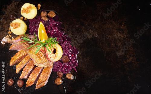 Gänsebraten mit Rotkohl und Kartoffelknödel - 179449014
