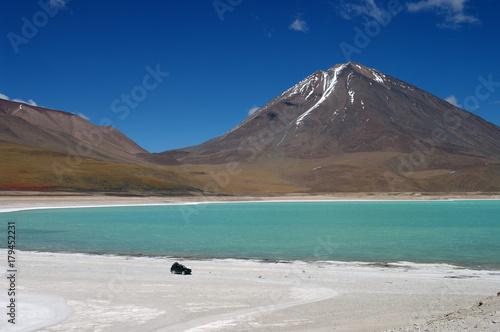 Papiers peints Bleu nuit Sommet montagneux face à une lagune - 2