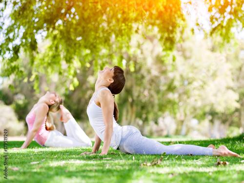Papiers peints Ecole de Yoga Young women exercising in the park