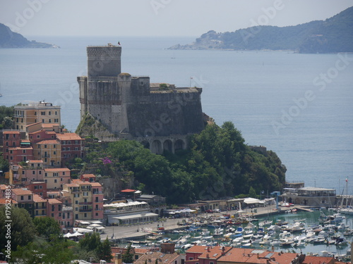 Fotobehang Bleke violet Lerici - panorama dal promontorio sul Castello