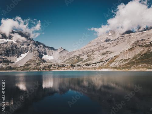 Fotobehang Grijze traf. Un lac en Suisse