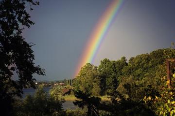 arcobaleno meraviglioso sul lago