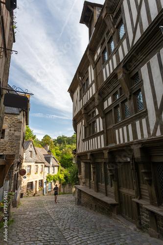 Rue pavée et façades